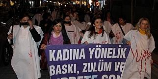 Kadına Şiddeti Protesto İçin Kanlı Kefen Giydiler