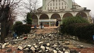 Manisa'da kuvvetli fırtına cami minaresini yıktı