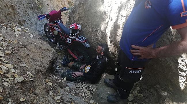 Motosikletli sürücünün dağ macerası yarım kaldı