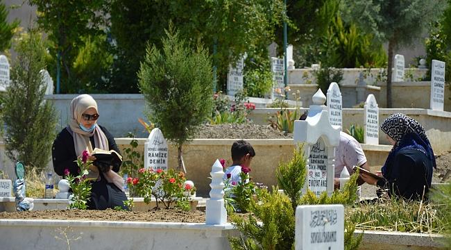 Manisa'da mezarlıklarda yoğunluk
