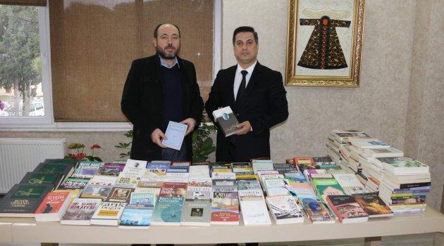 BAKAN KASAPOĞLU'NDAN MANİSALI ÖĞRENCİLERE 400 KİTAP